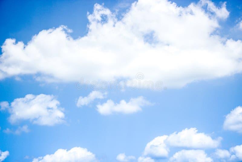 Niebieskie niebo z pełnym białe chmury zdjęcia stock