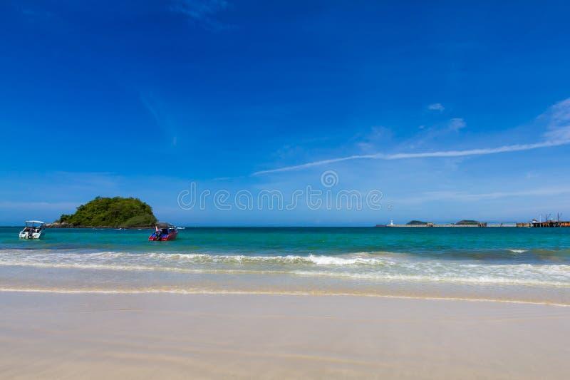niebieskie niebo z plażą, morzem, wyspą i molem, zdjęcie stock