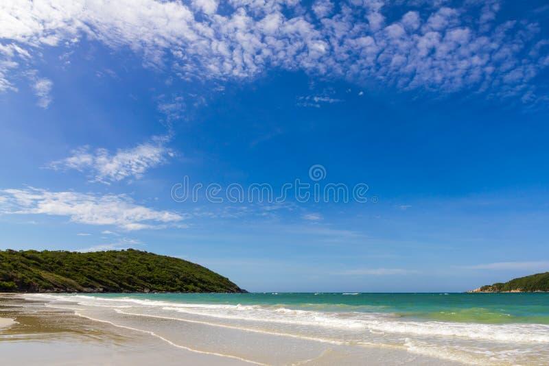 Niebieskie niebo z plażowym morzem i mountian fotografia royalty free