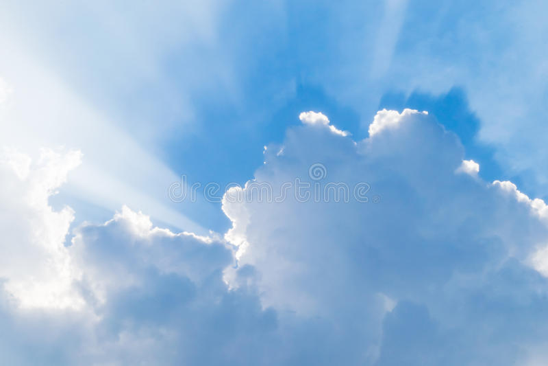 Niebieskie niebo z promieniami obraz stock