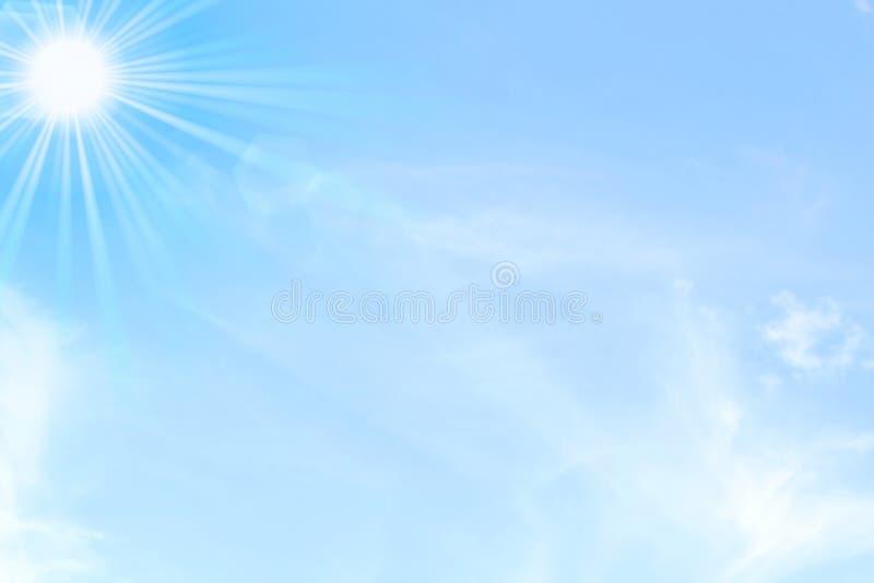 Niebieskie niebo z słońca i chmur dniem zaświeca tło obrazy stock