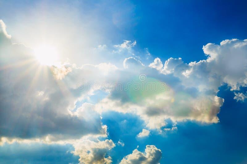 Niebieskie niebo z słońce promieniami fotografia stock
