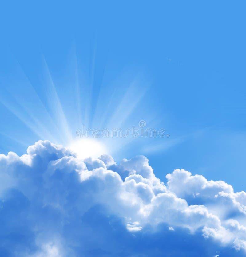 Niebieskie niebo z słońcem i chmurami zdjęcia royalty free