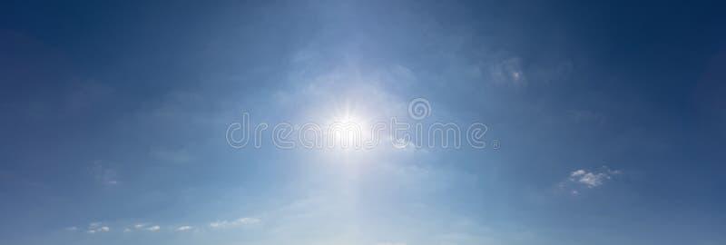 Niebieskie niebo z słońcem jako panoramy tło obraz royalty free