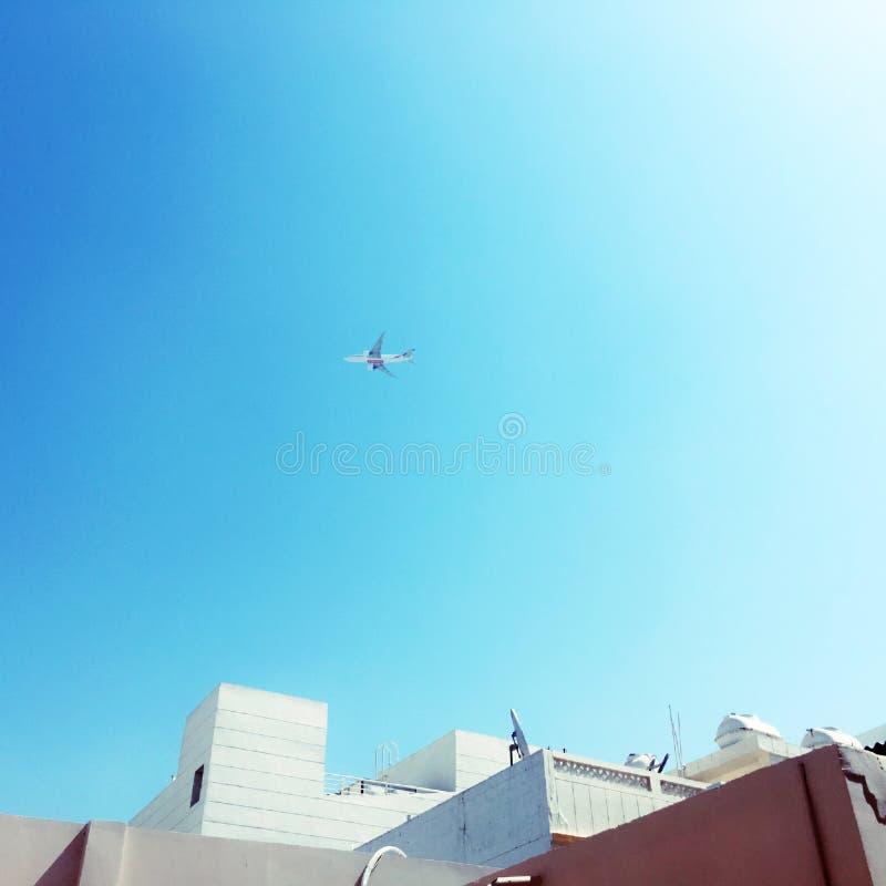 Niebieskie niebo z samolotem fotografia royalty free