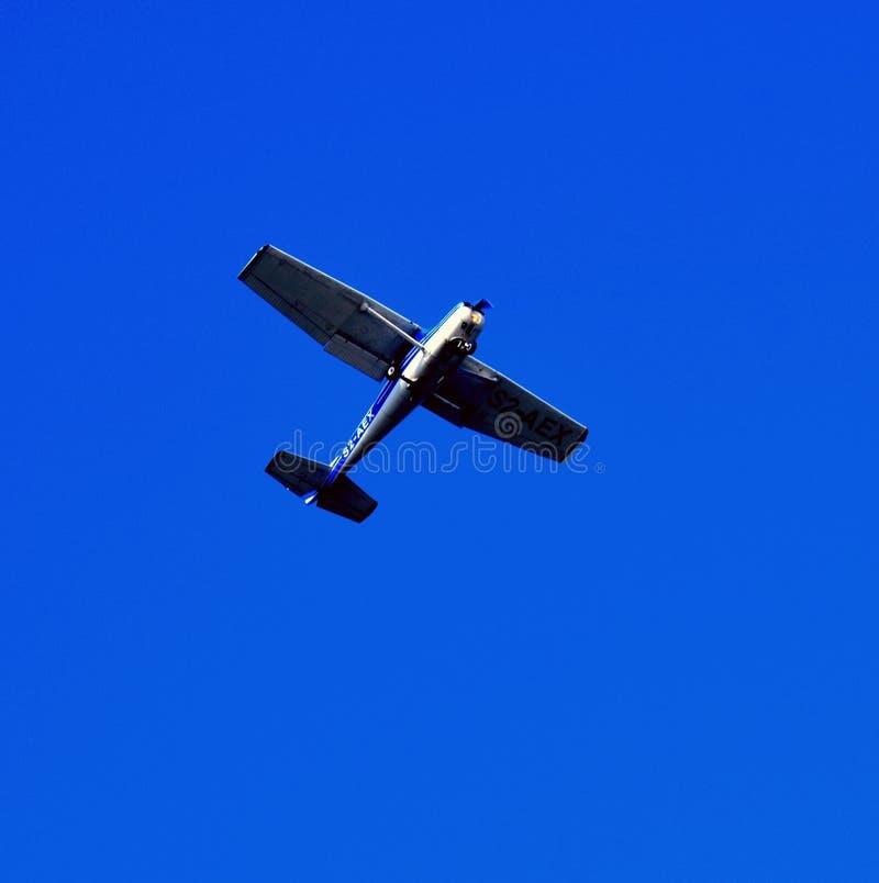 Niebieskie niebo z strumieniem obrazy stock