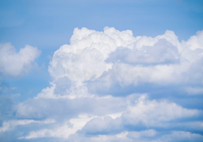 Niebieskie niebo z udział chmurami fotografia royalty free