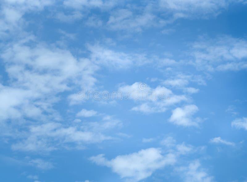 Niebieskie niebo z udział chmurami obrazy stock