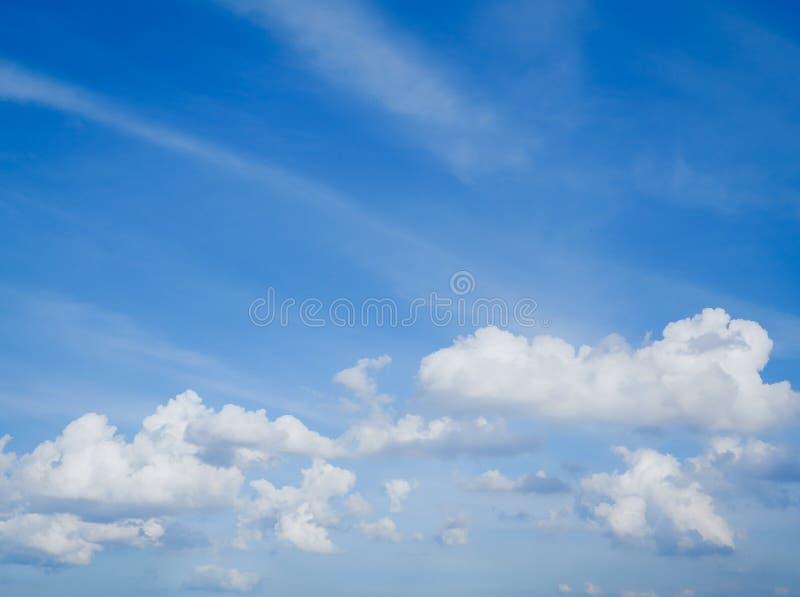 Niebieskie niebo z udział chmurami obraz royalty free