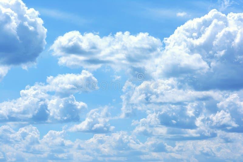 Niebieskie niebo z wielkimi białymi luźnymi chmurami Piękna lekka fotografia fotografia stock