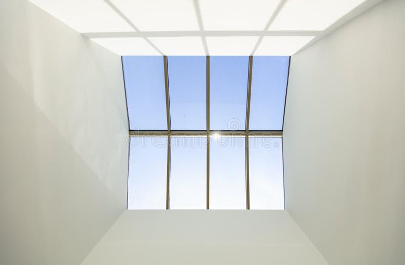 Niebieskiego nieba i skylight okno obraz stock
