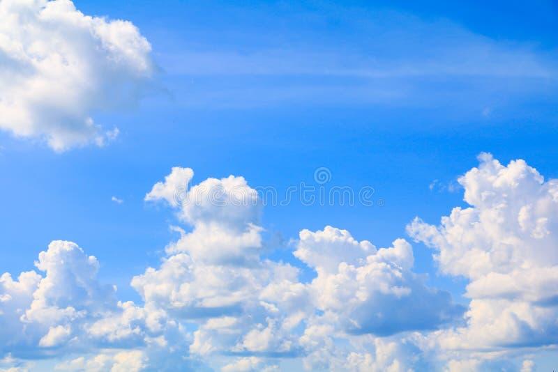 Niebieskiego nieba jaskrawy i duży obłoczny piękny lato sztuka natura z kopii przestrzenią dla dodaje tekst fotografia stock
