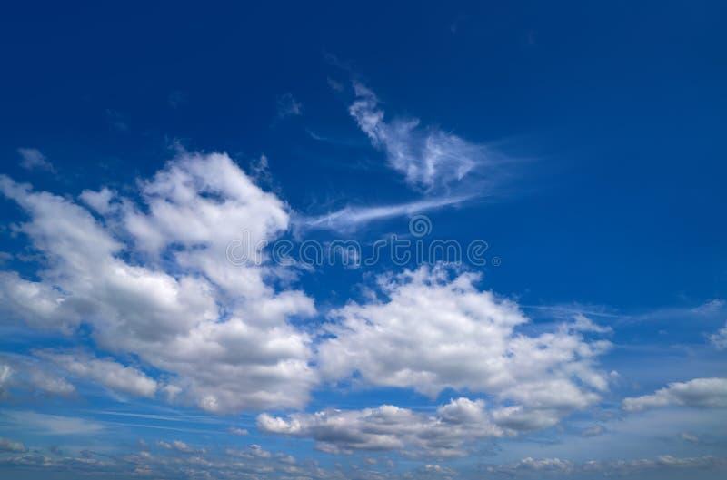 Niebieskiego nieba lata cumulusu białe chmury obraz stock