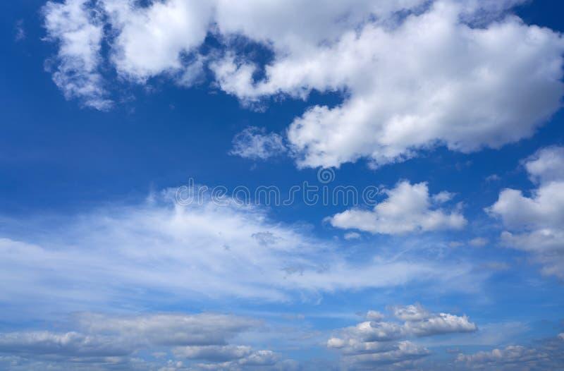 Niebieskiego nieba lata cumulusu białe chmury obraz royalty free