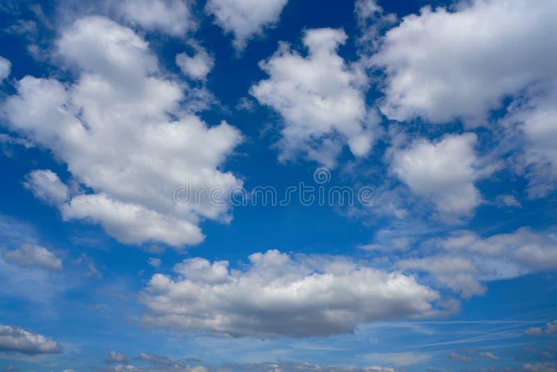 Niebieskiego nieba lata cumulusu białe chmury zdjęcia stock