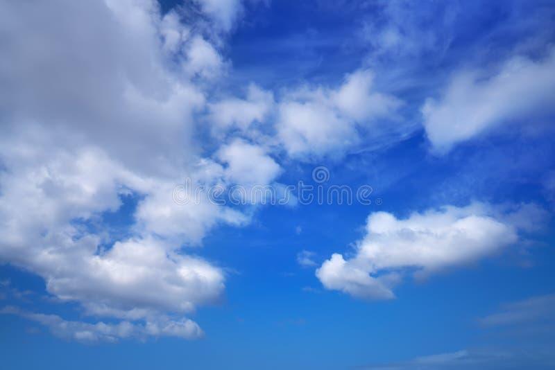 Niebieskiego nieba lata cumulusu białe chmury obrazy stock