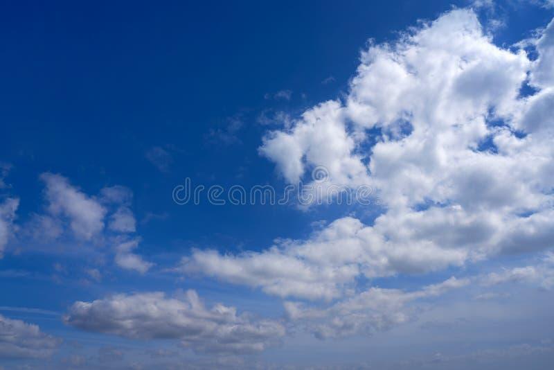 Niebieskiego nieba lata cumulusu białe chmury obrazy royalty free