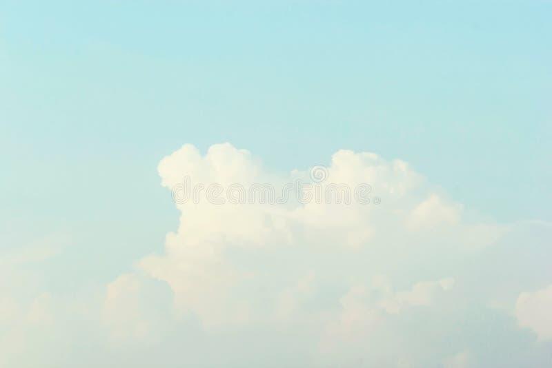 Niebieskiego nieba tło, Miękki Pastelowy brzmienie skutek obraz stock
