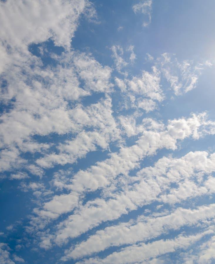 Niebieskiego nieba tło z abstrakcjonistycznymi białymi chmurami zdjęcie royalty free