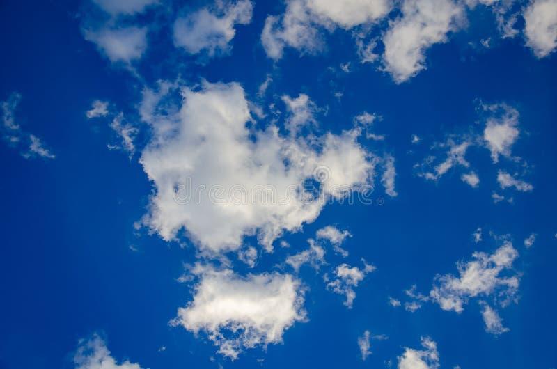 Niebieskiego nieba tło z abstrakcjonistycznymi białymi chmurami zdjęcia royalty free