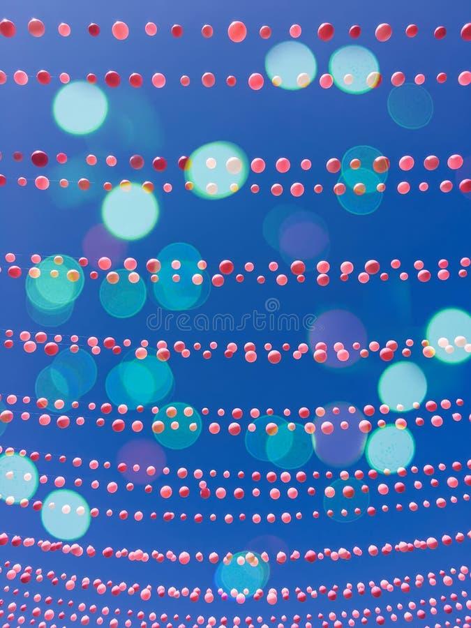 Niebieskiego nieba tło z balonowymi dekoracjami i bokeh światłami royalty ilustracja