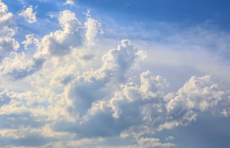 Niebieskiego nieba tło z białymi puszystymi chmurami obrazy stock