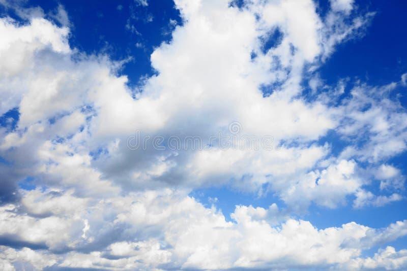 Niebieskiego nieba tło z chmurami zdjęcia royalty free