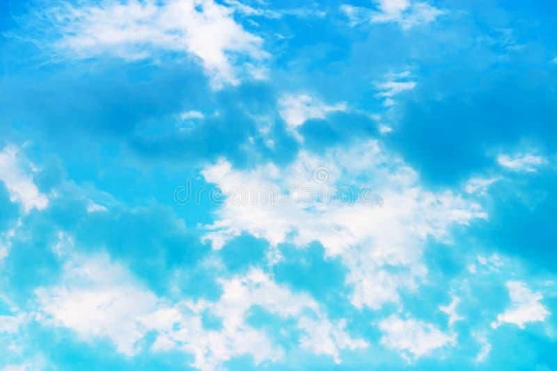Niebieskiego nieba tło z chmurami fotografia royalty free