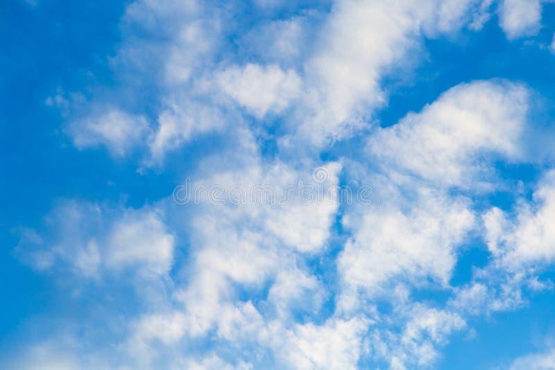 Niebieskiego nieba tło z chmurami Piękno natura obraz stock