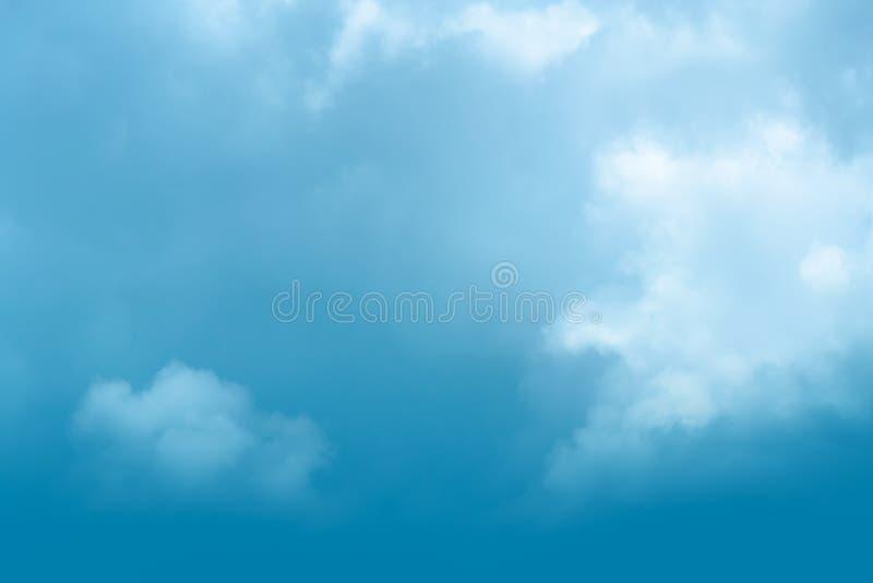 Niebieskiego nieba tło z chmurnym fotografia stock