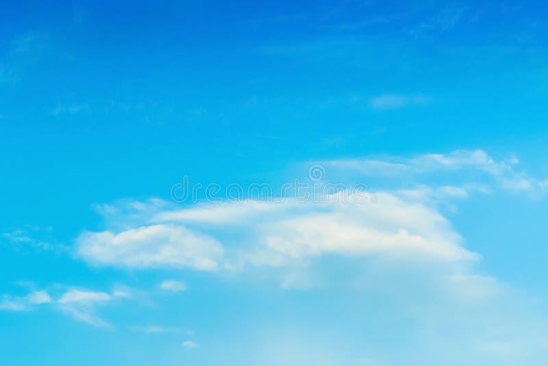 Niebieskiego nieba tło z chmurnym zdjęcia stock