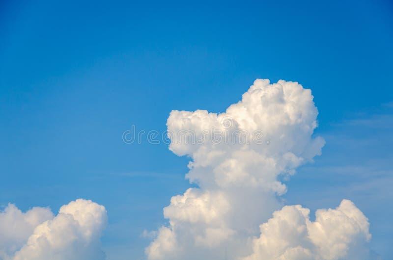 Niebieskiego nieba t?o z bia?ymi cumulus chmurami zdjęcie royalty free