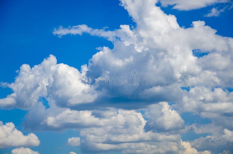 Niebieskiego nieba t?o z bia?ymi puszystymi chmurami zdjęcia stock