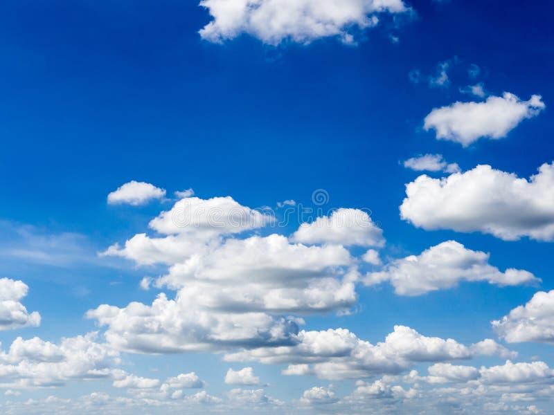 Niebieskiego nieba t?o z chmurami fotografia stock