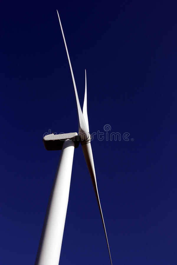 niebieskiego nieba turbina wiatr obrazy stock