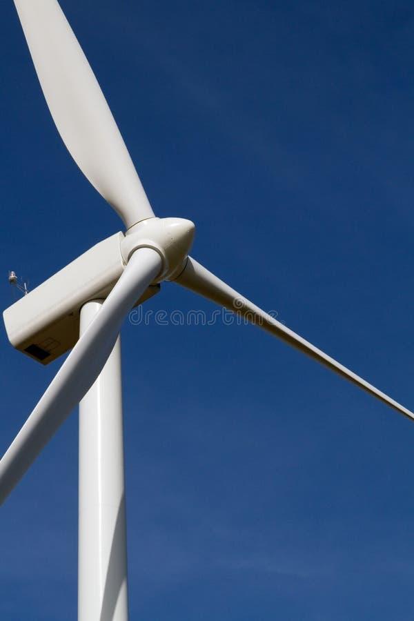 niebieskiego nieba turbina wiatr obraz stock