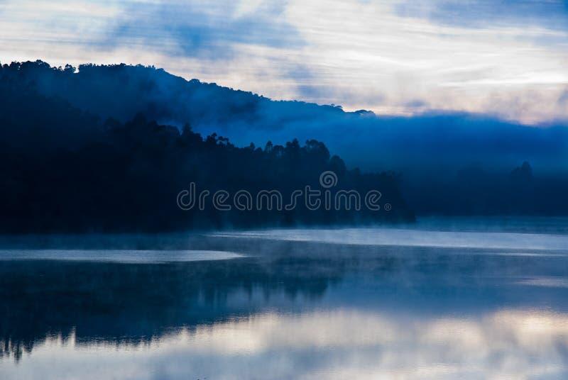Niebla azul del lago fotos de archivo