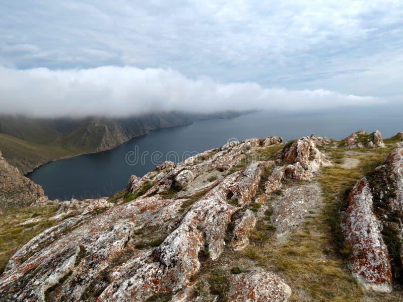 Niebla cerca de la bahía de Aya en el lago Baikal imagenes de archivo
