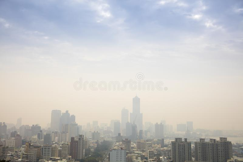 Niebla con humo en la ciudad de Gaoxiong taiwán imagen de archivo libre de regalías