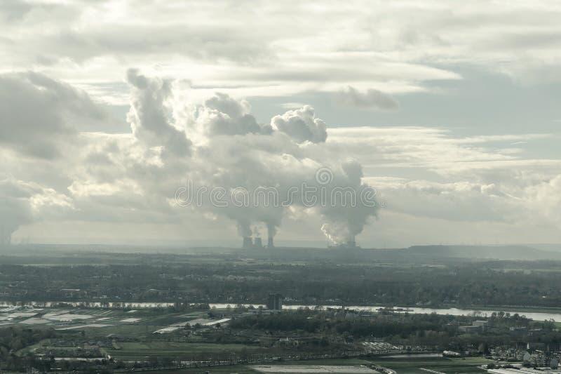 Niebla con humo en una ciudad europea, visión aérea, Alemania imagen de archivo