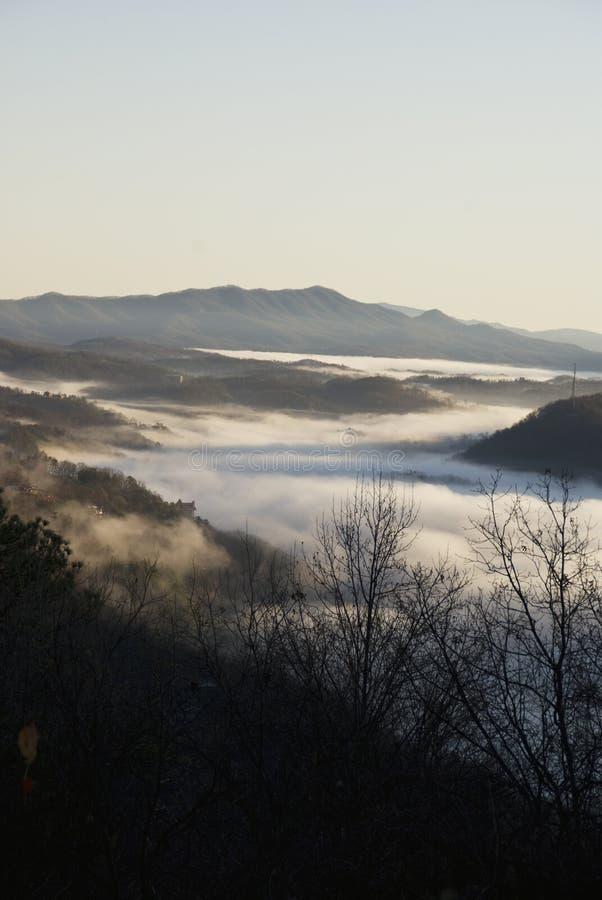 Niebla de la mañana de Gatlinburg imagenes de archivo