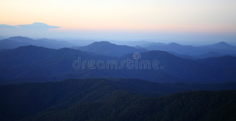 Niebla de la mañana de la montaña imágenes de archivo libres de regalías