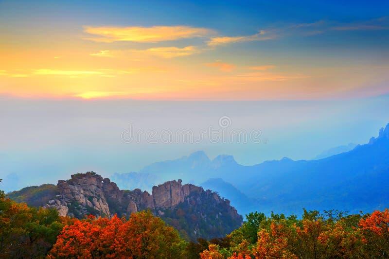 Niebla de la mañana del paisaje ancestral del otoño de la montaña imagen de archivo