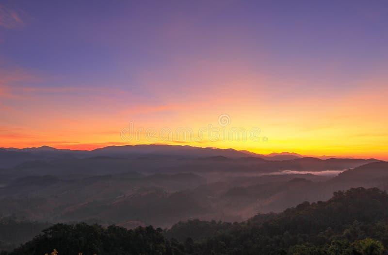 Niebla de la mañana en Doi Hua Mod, santuario de fauna de Umphang, Tak Province, Tailandia del noroeste imagen de archivo