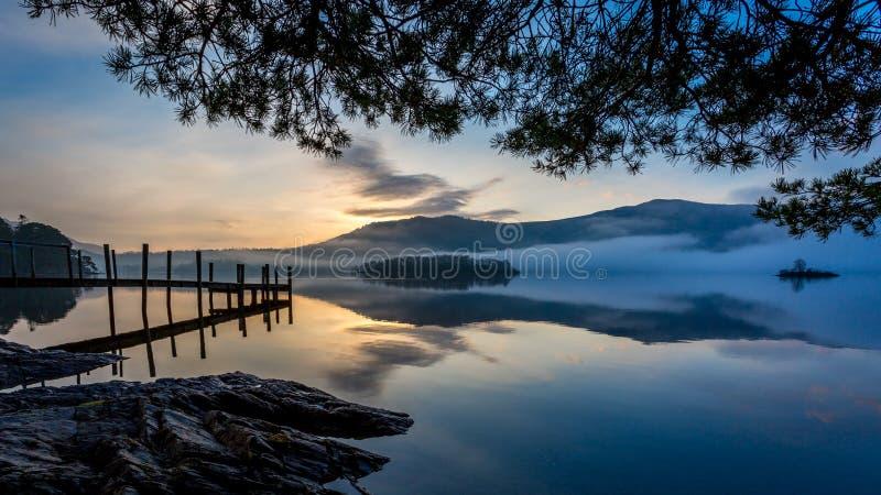 Niebla de la mañana en el agua de Derwent, Keswick, el distrito del lago fotografía de archivo
