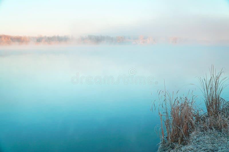 Niebla de la mañana en el lago por la mañana escarchada foto de archivo