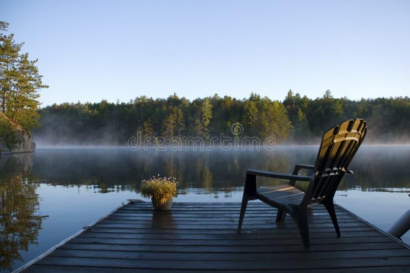 Niebla de la mañana en la bahía imagenes de archivo
