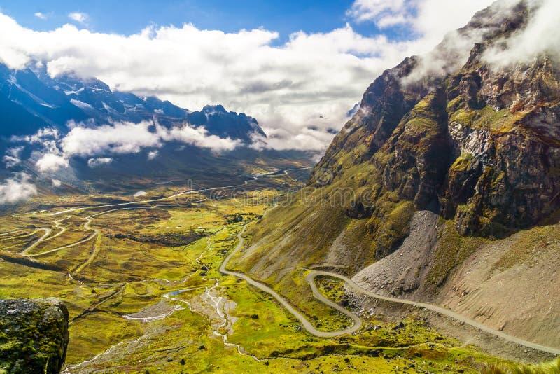Niebla de la mañana sobre el camino de la muerte en el Yungas de Bolivia fotos de archivo libres de regalías