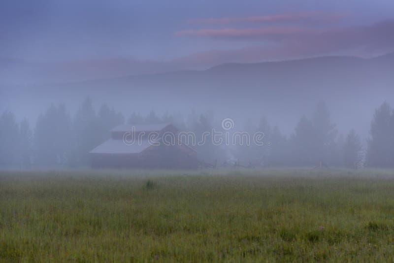 Niebla de la mañana sobre granero del valle de Kawuneeche fotografía de archivo libre de regalías