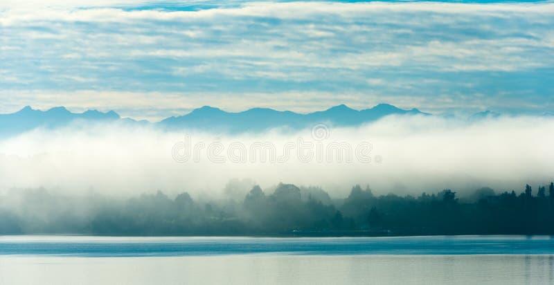Niebla de la mañana sobre Puerto Varas en las orillas del lago Llanquihue, Chile fotos de archivo